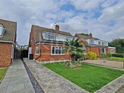 3 Bedrooms Semi Detached House for sale in Rochford Avenue, Waltham Abbey