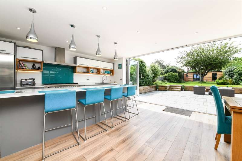 5 Bedrooms Detached House for sale in Rochford Avenue, Shenfield, Brentwood