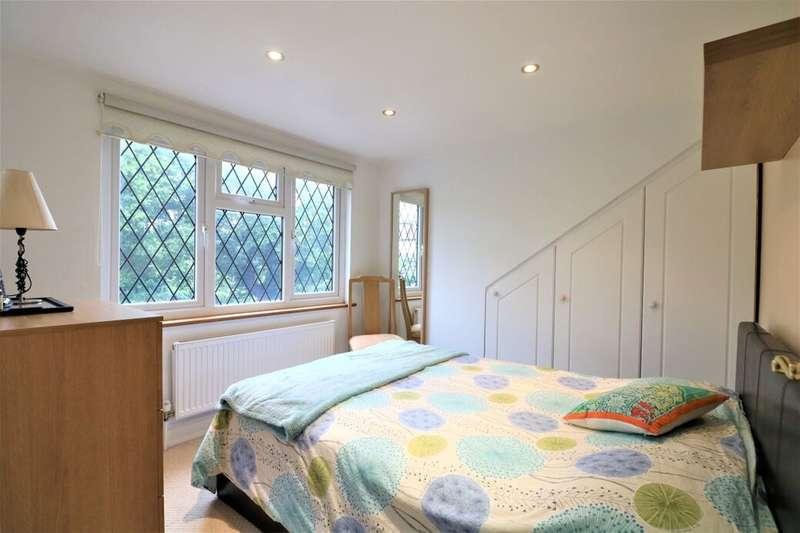 5 Bedrooms Semi Detached Bungalow for sale in Bracken Drive, Chigwell, IG7