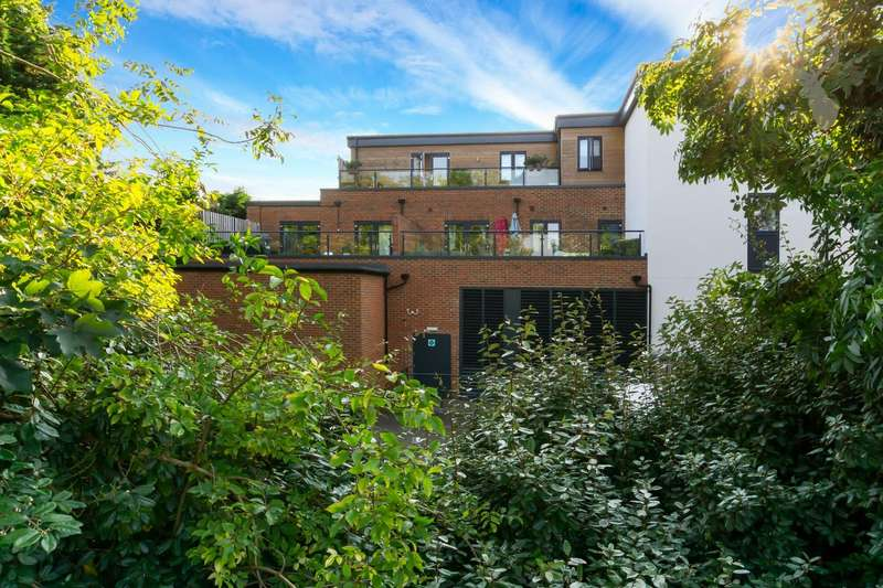 2 Bedrooms Penthouse Flat for sale in Church Hill, Loughton