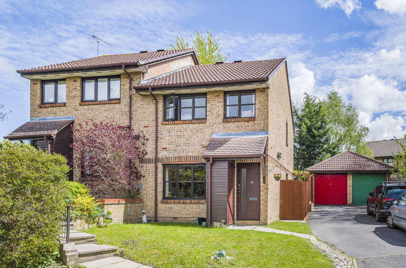 3 Bedrooms Semi Detached House for sale in Charlbury Close, Bracknell