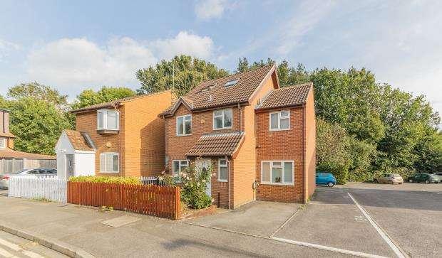 4 Bedrooms Detached House for sale in Littlebrook Avenue, Slough, UK