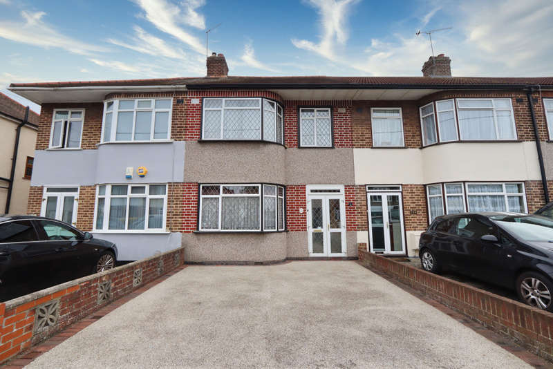 3 Bedrooms Terraced House for sale in Cross Road, Romford, RM7