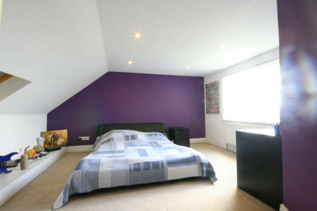 4 Bedrooms Semi Detached House for sale in Eastern Avenue, Ilford, IG2