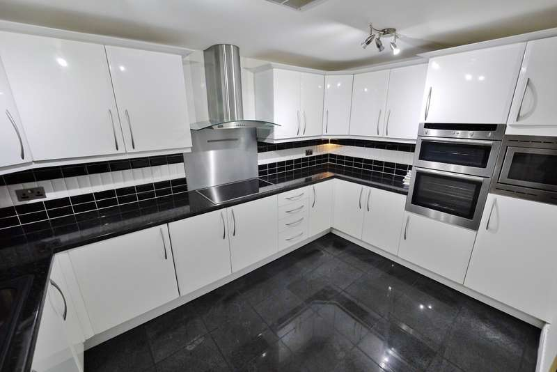 2 Bedrooms Apartment Flat for rent in Thorndon Hall, Thorndon Park, Ingrave, Brentwood, CM13