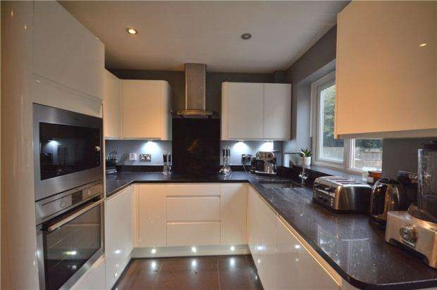 2 Bedrooms Terraced House for sale in Pewsey Vale, Bracknell, Berkshire