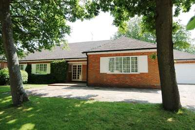 4 Bedrooms Detached Bungalow for sale in The Briars, Bushey Heath