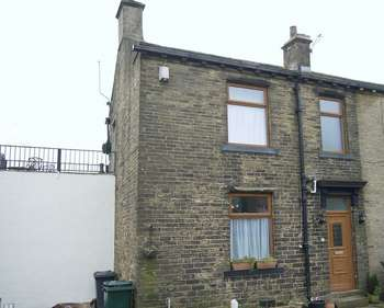 2 Bedrooms Terraced House for sale in Queensbury Square, Queensbury, Bradford BD13 1PS