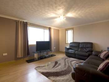 3 Bedrooms Flat for sale in Brediland Road, Linwood, Renfrewshire, PA3 3QY