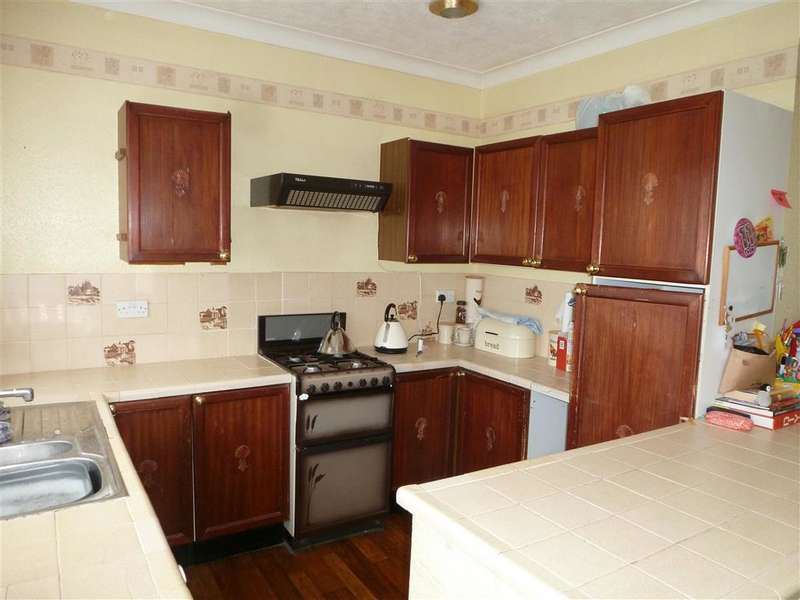 3 Bedrooms Terraced House for sale in Mansfield Gardens, Hornchurch, Essex