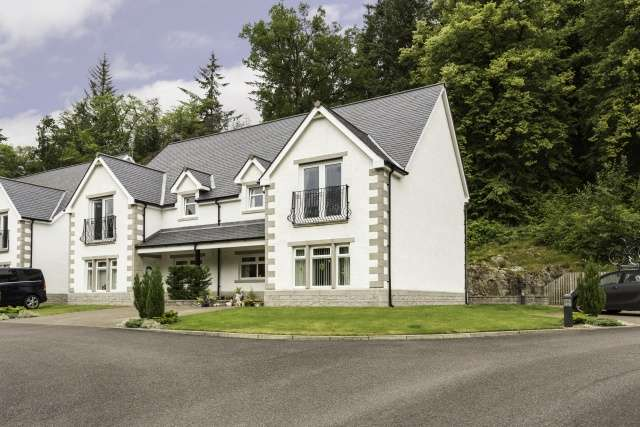 2 Bedrooms Flat for sale in River Court, Invergarry, Inverness-shire, PH35 4AA
