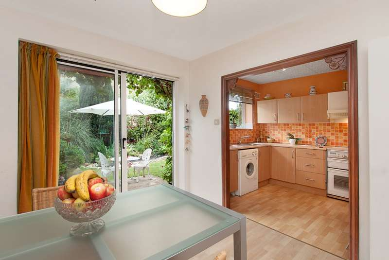 2 Bedrooms Maisonette Flat for sale in Ardmay Gardens, Surbiton, Surrey, KT6