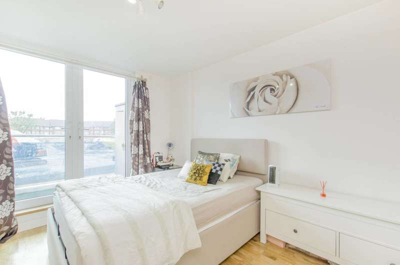2 Bedrooms Flat for sale in Lyon Road, Harrow, HA1