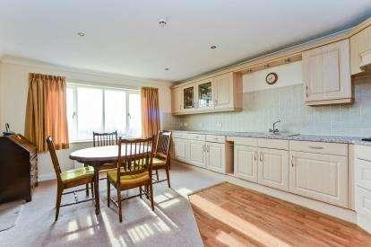 2 Bedrooms Flat for sale in Bron Derw, Marine Road, Penrhyn Bay, Llandudno, LL30