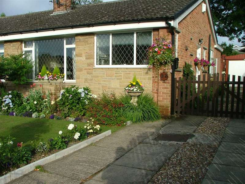 3 Bedrooms Semi Detached Bungalow for sale in Middlebrook Drive, Fairweather Green, Bradford