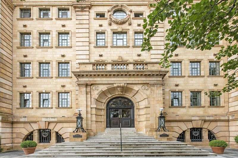 3 Bedrooms Flat for sale in William Hunt Mansions, Harrods Village, London, SW13