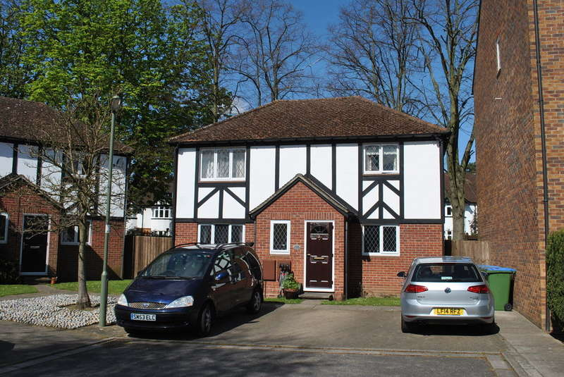 2 Bedrooms Maisonette Flat for sale in EAST MOLESEY
