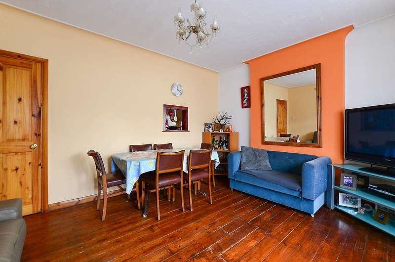 2 Bedrooms Maisonette Flat for sale in Thornton Road, Balham, SW12