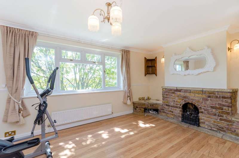 3 Bedrooms Flat for sale in East Crescent, Friern Barnet, N11
