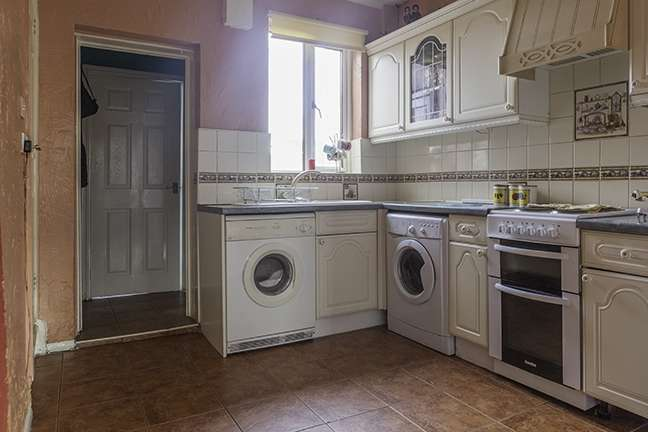2 Bedrooms Terraced House for sale in Grove Avenue, Hemsworth, West Yorkshire, WF9