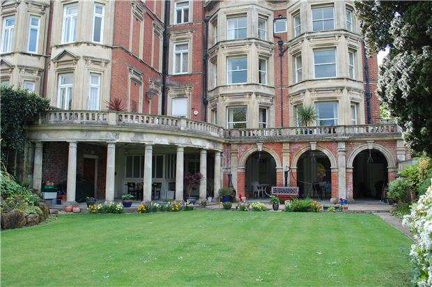 2 Bedrooms Flat for sale in Meads Road, Eastbourne, BN20 7QB