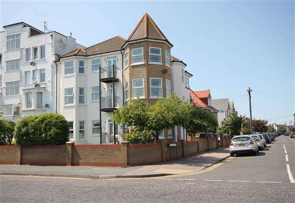2 Bedrooms Apartment Flat for sale in Millenium Court, Marine Parade West, Clacton on Sea