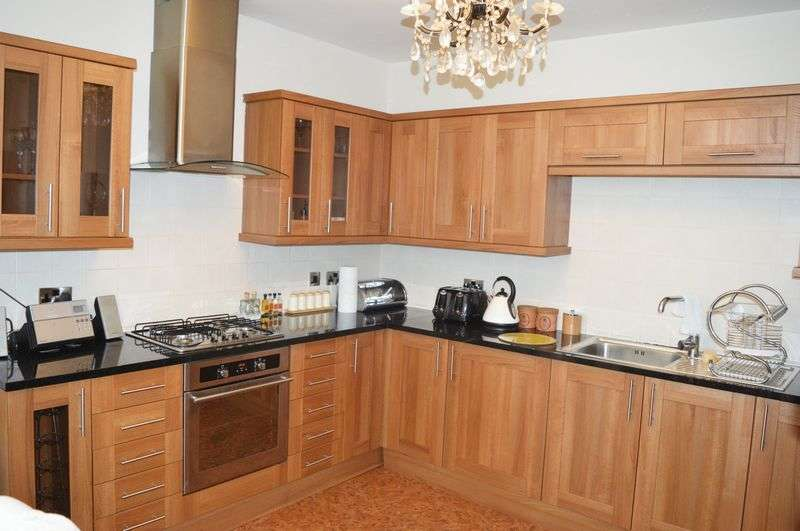 3 Bedrooms Semi Detached House for sale in Gibraltar Lane, Denton