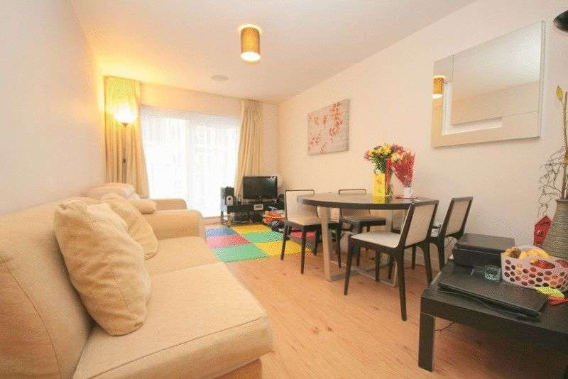 1 Bedroom Flat for sale in Modern one bedroom apartment, with great leisure facilities and a short walk from Northern Line