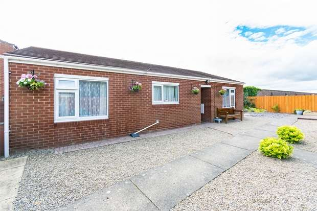 2 Bedrooms Detached Bungalow for sale in De Mowbray Court, Askham Richard, YORK