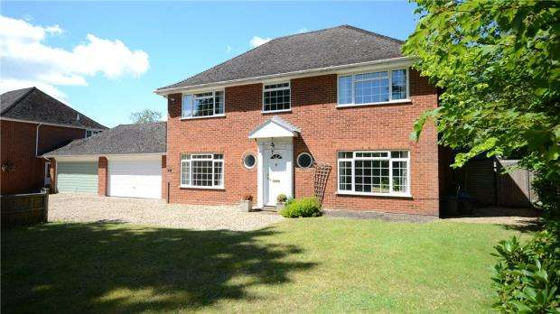 5 Bedrooms Link Detached House for sale in Finchampstead Road, Wokingham, Berkshire