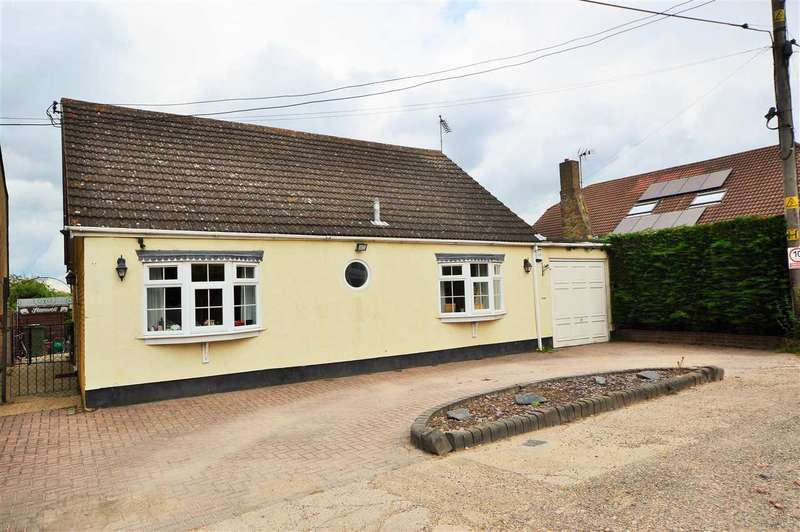 3 Bedrooms Detached Bungalow for sale in Bowers Gifford - Basildon
