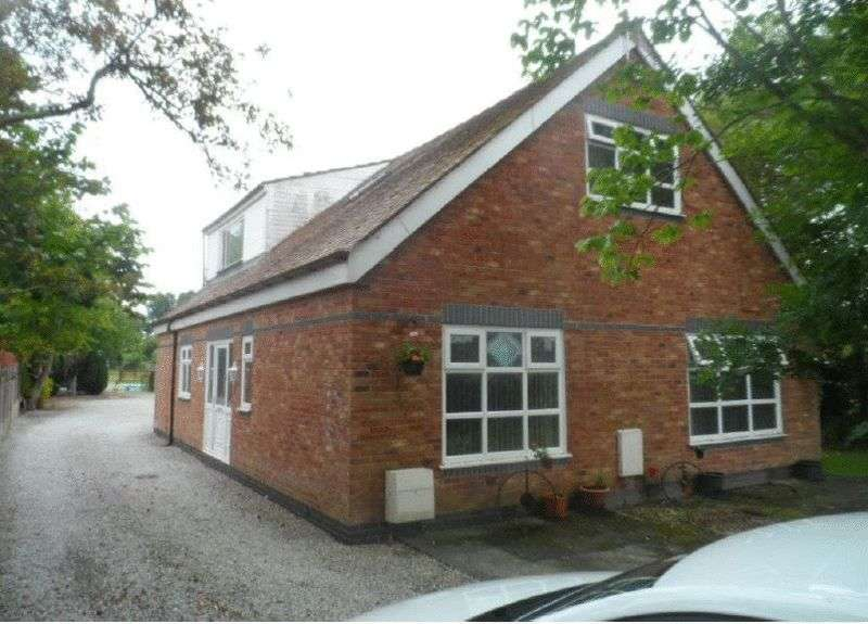 4 Bedrooms Detached Bungalow for sale in Garstang Road, FY6 8LX