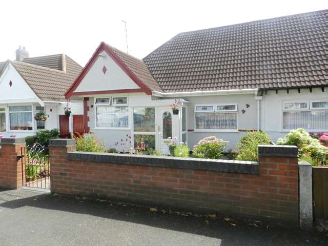 2 Bedrooms Semi Detached Bungalow for sale in Semi Detached Two Bedroom Bungalow, Eversley Dale, Erdington, B24 8JS