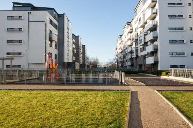 3 Bedrooms Flat for sale in Colonsay View, Edinburgh, EH5 1FH