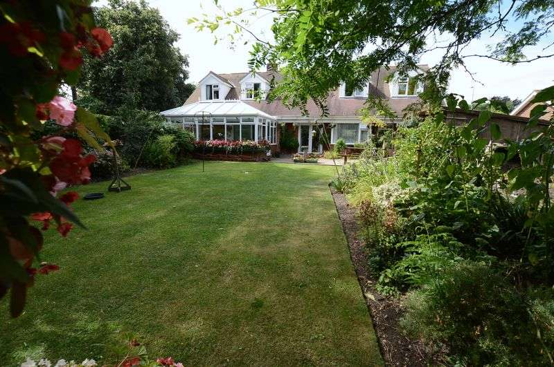 5 Bedrooms Detached Bungalow for sale in Castle Lodge, 11 Sleaford Road, Tattershall