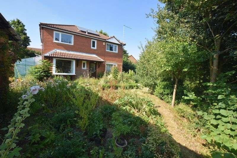 4 Bedrooms Detached House for sale in Lavender Grove, Walnut Tree, Milton Keynes