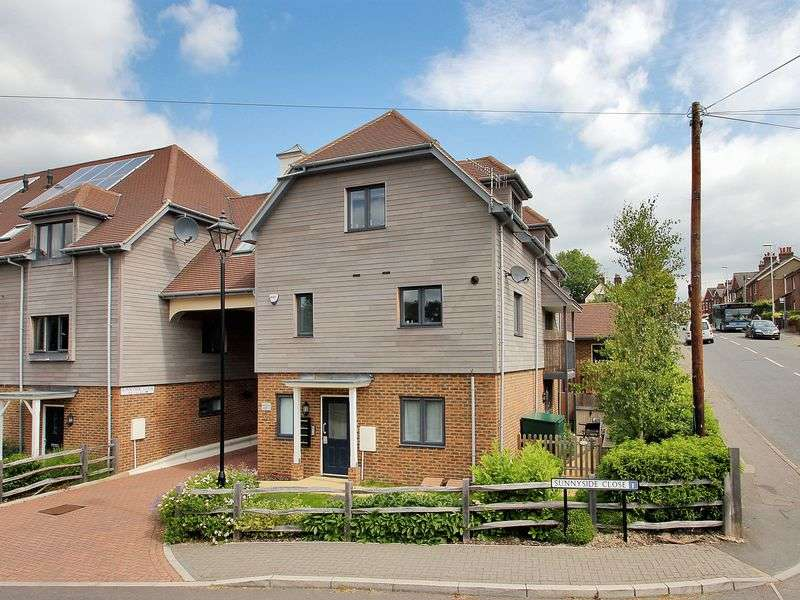 3 Bedrooms Flat for sale in Sunnyside Close, East Grinstead, West Sussex