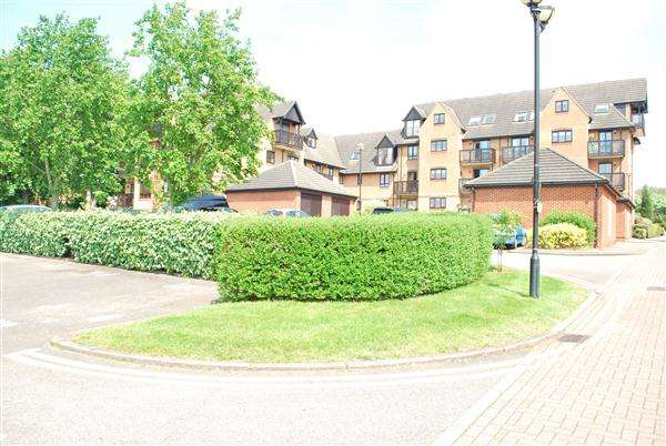 3 Bedrooms Apartment Flat for sale in Parr Lodge, Boleyn Court, Buckhurst Hill