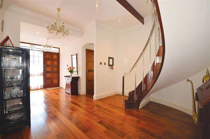 5 Bedrooms Detached House for sale in The Drive, South Woodford