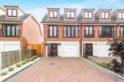 3 Bedrooms End Of Terrace House for sale in Camborne Avenue, Harold Hill, Romford