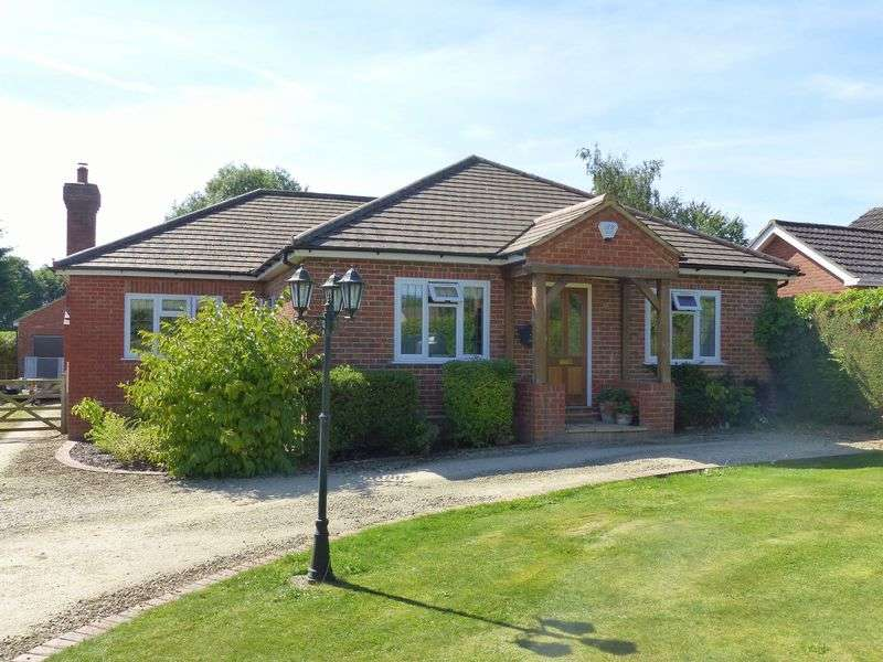 3 Bedrooms Detached Bungalow for sale in Wheeler End.