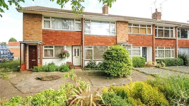 2 Bedrooms Maisonette Flat for sale in High Street, Shepperton, Surrey