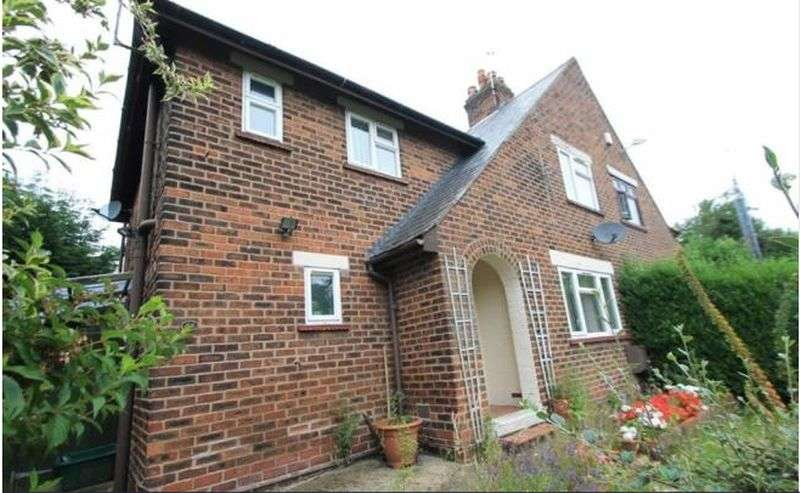 3 Bedrooms Semi Detached House for sale in Fford Offa, LL14 2EY