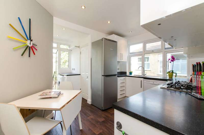 2 Bedrooms Maisonette Flat for sale in Marlborough Close, Colliers Wood, SW19