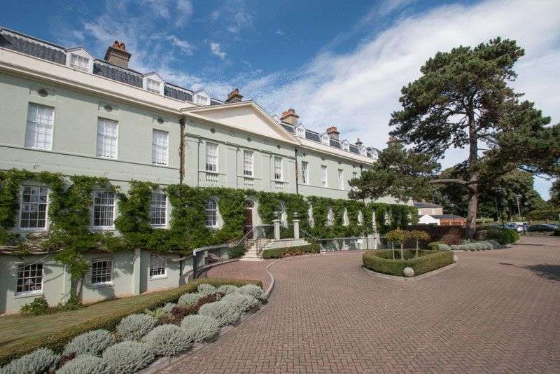 2 Bedrooms Flat for sale in King George Gardens, Chichester