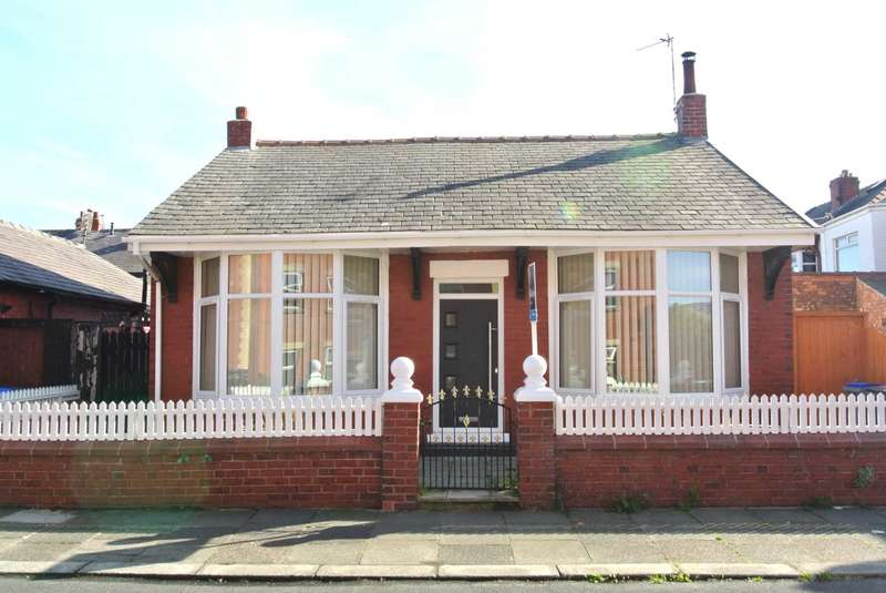 2 Bedrooms Detached Bungalow for sale in Harcourt Road, Blackpool, FY4 3ET