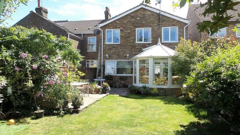 4 Bedrooms Detached House for sale in Bury Green Road, West Cheshunt