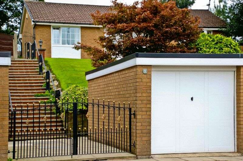 3 Bedrooms Detached Bungalow for sale in Enfield Close, Bury, BL9 9TU