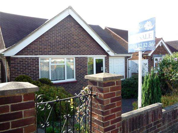 3 Bedrooms Bungalow for sale in Tennyson Walk, Northfleet