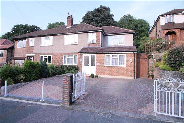 6 Bedrooms Semi Detached House for sale in Mead Way